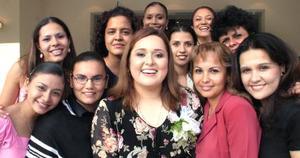 Lilia Hernández Veloz, acompañada de algunas de las asitentes a su depedida de solter