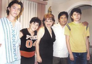 Rosanelia Martínez de Anaya en compañía de Roberto Ayala y de sus hijos Gerardo, Roberto y Karen, en su convivio de cumpleaños..