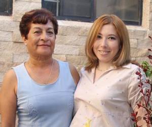 Mary Arroyo de Ramírez junto a Sonia Domínguez de Ramírez, organizadora de su fiesta de regalos.