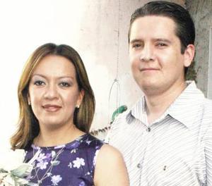 Alfonso Carrillo Sánchez y Gabriela Iveth Romero Rueda, captados en la despedida de solteros  que les ofrecieron por su próximo enlace nupcial.