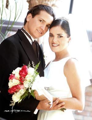 Dr. Jorge Antonio Espinosa Femmatt y Lic. Cecilia Saborit contrajeron matrimonio religioso en la parroquia Los ángeles el sábado 17 de julio de 2004.   <p> <i>Estudio: Maqueda</i>