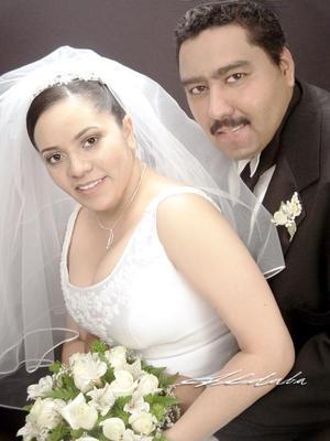 Ing Rogelio Aranda López y Srita. Maribel Mireles Rentería recibieron la bendición nupcial en la capellanía El Pueblito el sábado 17 de julio de 2004.   <p> <i>Estudio: Aldaba</i>