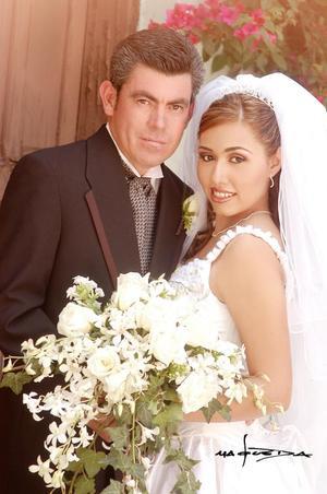 Sr. Alonso Ruiz González y Srita. Marcela Barrón Monreal recibieron la bendición nupcial la capilla de Casa de Cristiandad el sábado 17 de julio de 2004.   <p> <i>Estudio: Maqueda</i>