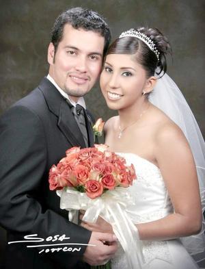 Ing. David Estrada Vallejo y Q.F.B. Norma Castañeda Vallejo contrajeron matrimonio religioso en la parroquia Los Ángeles el sábado 14 de agosto de 2004. <p> <i>Estudio: Sosa</i>