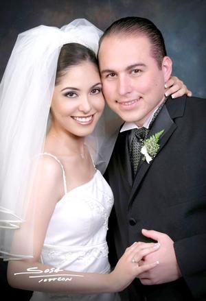 Ing. Jesús Héctor Morales Castañeda y Lic. Mayra Cabrera Reyes recibieron la bendición nupcial en la parroquia de San Pedro Apóstol el sábado 31 de julio de 2004.    <p> <i>Estudio: Sosa</i>