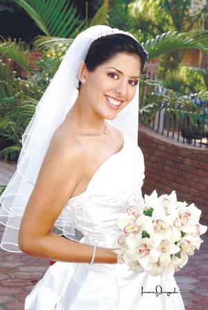 L.A.E. Mariela Pámanes Parra unió su vida en ceremonia religiosa a la del L.A.E. Javier Jorge Ceballos Guzmán, celebrándose posteriormente una recepción en el salón Emperador del hotel Paraíso del Desierto.<p> <i>Estudio: Laura Grageda</i>