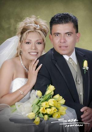 Lic. Jesús Alberto Rodríguez Chavarría y Srita. Martha Imelda Carrera contrajeron matrimonio el sábado 24 de julio de 2004.<p> <i>Estudio: Sosa</i>