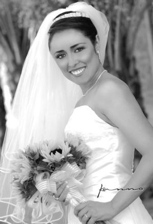 Srita Claudia Miriam Hernández Ruiz unió su vida en ceremonia religiosa a la del Sr. Amador Aguilera Silios.  <p> <i>Estudio: Kanno</i>