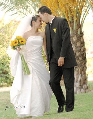 Sr. Amador Aguilera Silios y Srita. Claudia Miriam Hernández Ruiz contrajeron matrimonio religioso en la capilla de La Resurección del Centro Saulo, el sábado 14 de agosto.<p> <i>Estudio: Kanno</i>