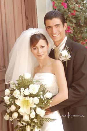 Sr. Ulises González Valdés y Srita. Karla García contrajeron matrimonio religioso en el Santuario de Cristo Rey del Cerro de las Noas, el sábado 17 de julio de 2004.  <p> <i>Estudio: Maqueda</i>