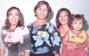 María Teresa Gutiérrez, acompañada de Lourdes Ramos de Cepeda, Angélica Ramos de Frayre, en su despedida de soltera.