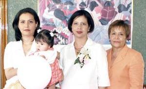 <u><i> 14 de Septiembre de 2004</u></i><p> Angelina Blanco de Rodríguez, acompañada de María Teresa Rodríguez de Blanco y Liliana blanco de Lara, organizadoras de su fiesta de regalos.