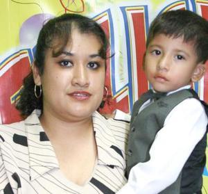 Carlos Torres Martínez en compañía de su mamá, Karina Valdez, en la fiesta de cumpleñaos que le ofreció.