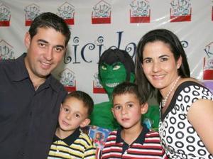 Jorge y Bernardo Fernández Cruz junto a sus papás, Jorge Fernández y Liliana Cruz, en su fiesta de cumpleaños.