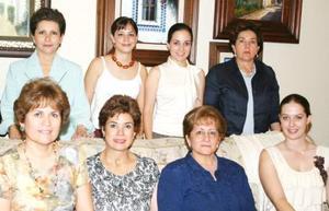 Lucila Hernández García acompañada de Lilia Fahur, Morena MArtínez, Angélica Romo, Mary García, Laurencia Martínez, Laurencia González y Claudia Mendiola, en su despedida de soltera.