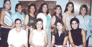 Luz Elena Gamboa, acompañada de algunas de las asistentes a su despedida de soltera.