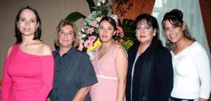 Pilar Lavín de Ramos, acompañada de algunas asistentes a su fiesta de canastilla.