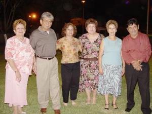 <u><i> 13 de septiembre de 2004</u></i><p> Jorge Barajas y Carmen de Barajas acompañados de Mary, Gera, Flora y saúl Gómez, en pasado festejo social.
