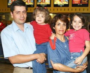 Humberto Sabag y Georgina de Sabag, con sus hijos Érika y Marcela Sabag.