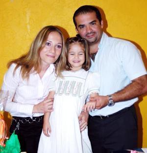 Andrea Carmona Vargas acompañada de sus papás, Rocío Vargas Ulloa y Francisco Javier Carmona González, en su fiesta.