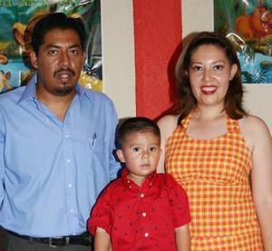 Gustavo Nikel acompañado de sus papás, Gustavo Padilla López y Adriana Rachet Quintana de Padilla, en su fiesta.