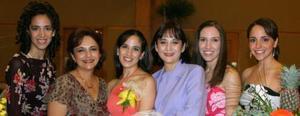 Elisa Yáñez acompañada de algunas de las asistentes a su depedida de soltera.
