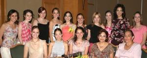 Elisa Yáñez Bustamante acompañada de susu amigas ensu festejo.