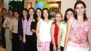Estela Flores de Medina, acompañada de algunas de las asistentes a su fiesta de regalos.