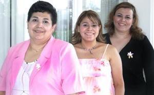 Mariza Ayala de Samaniego en compañía de Angelita de Ayala y Verónica de Salcedo, organizadoras de su fiesta de regalos.