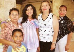 Gaby Vázquez de Tinajero acompañada de Mina de Vázquez, Pilar Ochoa, Norma MEdina y Chuyito Vázquez, en su fiesta de regalos.