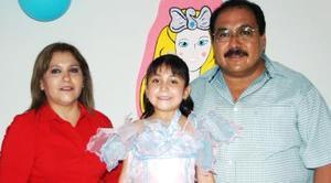 Denisse Enríquez García en compañía de sus papás, Óscar Enríquez Acosta y Patricia García de Enríquez..jpg