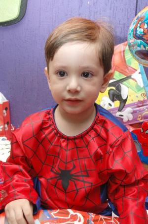 Héctor José Garay Zetina cumplió tres años de vida y los festejo con una divertida piñata..jpg