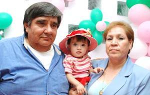 Ilse Romero Pérez acompañada de sus abuelos, Roberto Pérez Rivera y Gloria Núñez Pérez, en su fiesta de cumpleaños..jpg