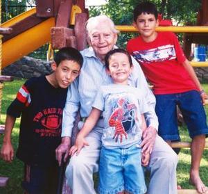 Don Ismael Gómez Martínez cumplió 94 años de vida, mismos que celebró en compañía de sus bisnietos René Betace  Pastor, Roberto Pastor Andujo y Raúl Carbajal..jpg