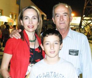 Carmen y Luis Hermosillo con su hijo Andrés..jpg