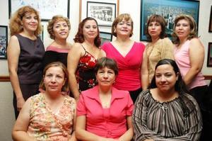 Hilda María Mireles de Pérez acompañada de algunas amigas que asistieron al convivio que se le ofreció por su cumpleaños.