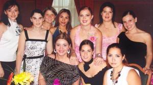 Karla Sánchez Stelzer acompañada de sus amigas, en la despedida de soltera que se le ofreció por su próximo matrimonio.