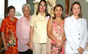 Mónica Aguirre de Cabada en compañía de las organizadoras de su fiesta de regalos, Ma. Luisa Gamboa de Cabada, Rosaura Gómez de Aguirre, soledad García de Aguirre y Soledad Aguirre.
