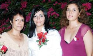 Ana María Torres Ortega, acompañada de las organizadoras de su despedida de soltera.
