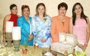 Priscila Álvarez juanto a Carolina Jaime, Elba Gómez de Jaime, Arcenia Vargas de Álvarez Tostado y Brenda Álvarez Tostado.