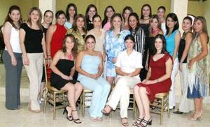 Feliz lució Priscila Álvarez Tostado Vargas, acompañada de algunas de las invitadas a su despedida de soltera.