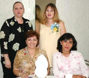 Ana Leticia Torres Virgil compartió gratos momentos con algunas de las invitadas a su fiesta de canastilla.