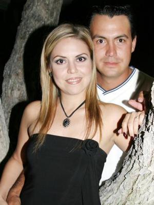 Carmen María Sánchez Martínez y Luis Wolff Berlanga, captados en la despedida de solteros que se les ofreció con motivo de su próxima boda.