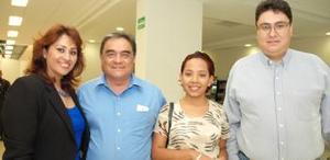 Antonio, Sandra e Israel recibieron a Michelle López, que llegó de Hungría.