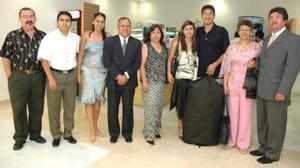 Aristóteles, Elena, Fernando, Elena, MAría de los Ángeles y Luis, captados en el aeropuerto local.