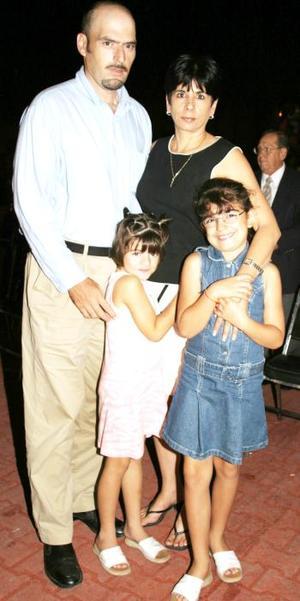 Adolfo Villarreal y Elsa María de Villarreal, con sus niñas Isabela y Elsa.