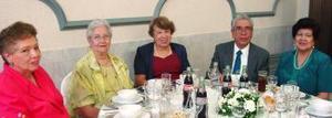 Irma González, Carmen Castañeda, Beatriz Castillón, Antonio Luna y Tere de Luna, captados recientemente.