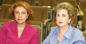 María Elena de Leal y Peggy H. de Isasi, en pasado acontecimiento de jardinería.