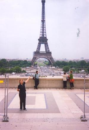 Norma Angélica Mireles Borjas, captada frente a la Torre Eiffel en París, Francia.