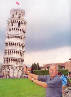 Rodolfo Ayup S. captado frente a la Torre de pisa en Italia, en su más reciente viaje a Europa.
